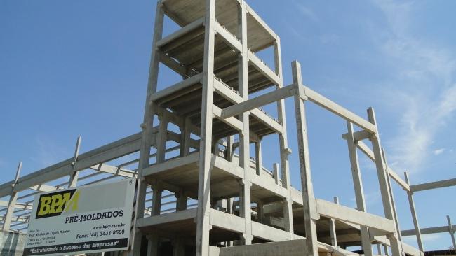Torre de reservatório, elevador e escadas