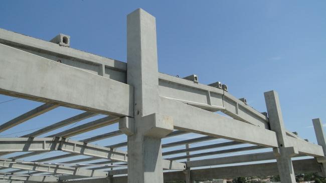 Detalhe da estrutura de cobertura com inclinação de 10% e terças protendidas com seção tubular para vão de 10 metros.