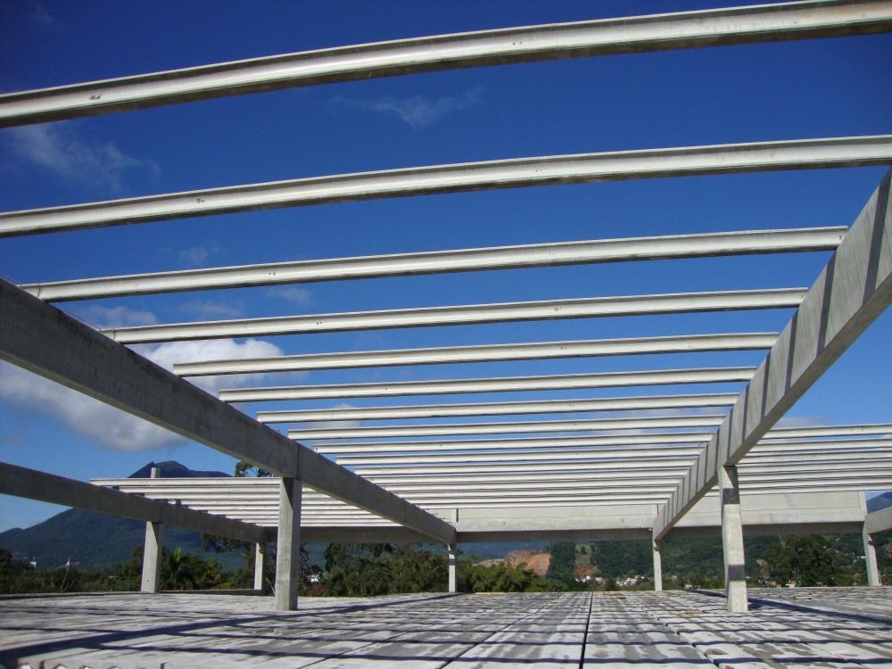 Vista da estrutura em montagem, no plano de visão sobre laje superior