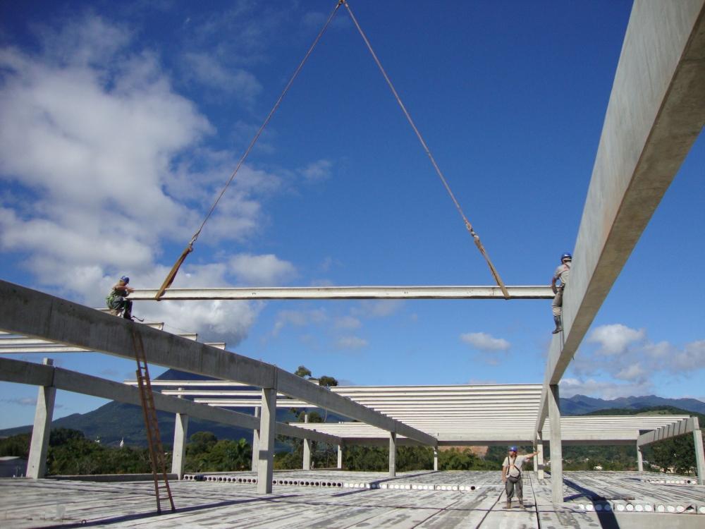 Detalhe da montagem das terças protendidas de concreto sobre as vigas também protendidas.